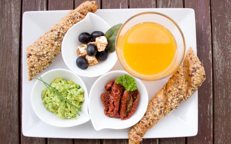 talerz nakryty jedzeniem do śniadania