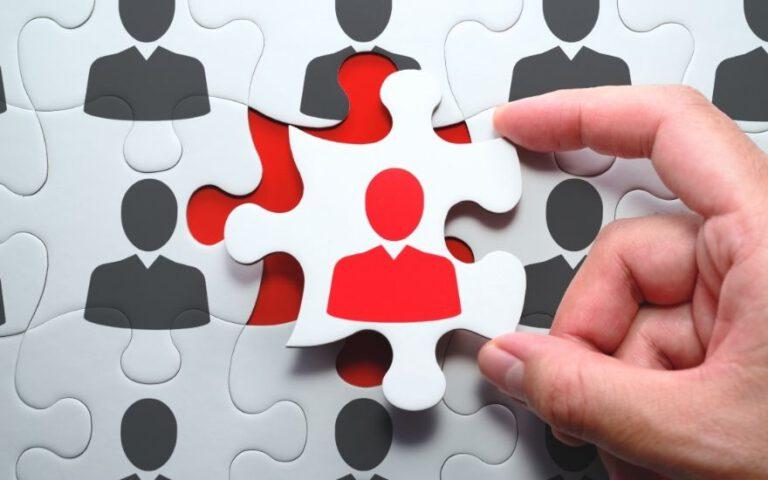 puzzle z zarysem sylwetki człowieka, jeden puzzel pasuje na miejsce