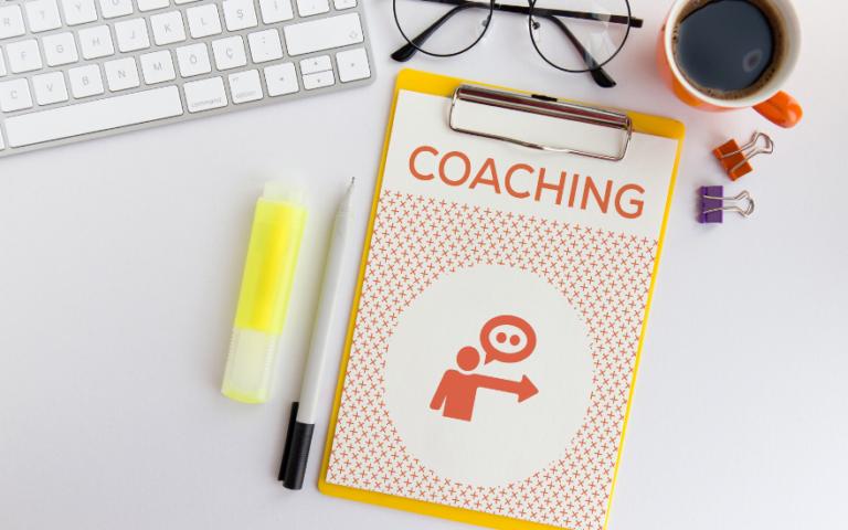 przybory biurowe, podkładka z kartką z napisem coaching