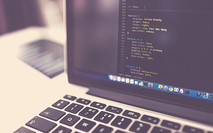 ekran komputera z liniami kodu programistycznego